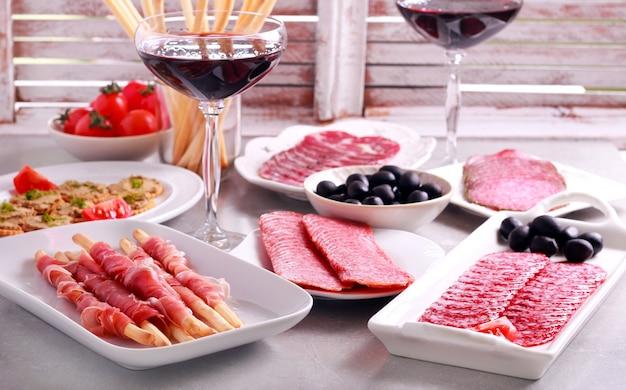 Микс мясных продуктов и закусок, подаваемых на стол
