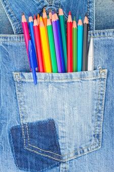 청바지 주머니에 여러 가지 빛깔의 연필 혼합