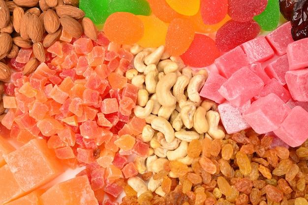 ナッツとドライフルーツのミックスと甘いトルコ菓子の背景。