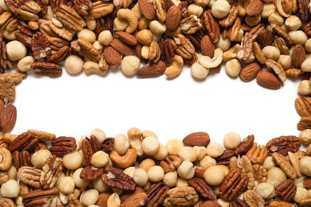 白い表面に分離されたナッツのミックス