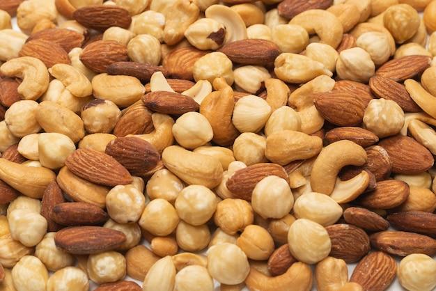 白で分離されたナッツのミックス