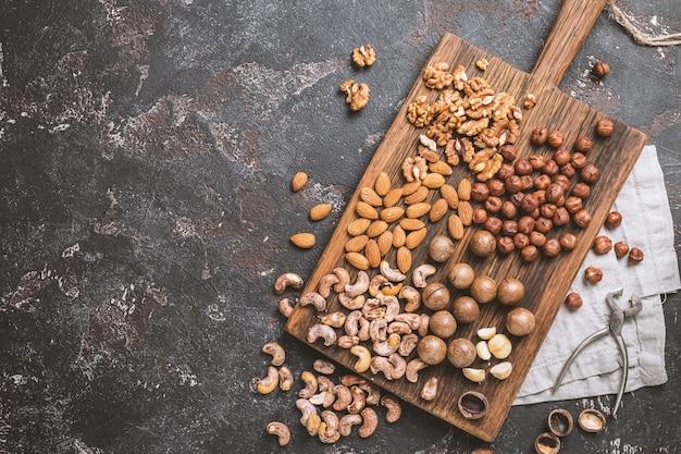 まな板の上のナッツの混合物