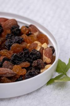 Смесь орехов с сухофруктами, арахисом, бразильскими орехами, кешью, миндалем, черным изюмом и белым изюмом
