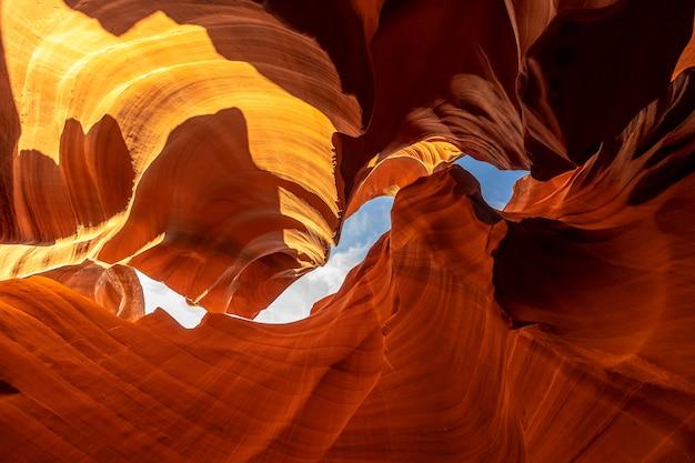 Сочетание оранжевой и красной текстуры и кривой в нижней антилопе и голубого неба наверху в аризоне. соединенные штаты...