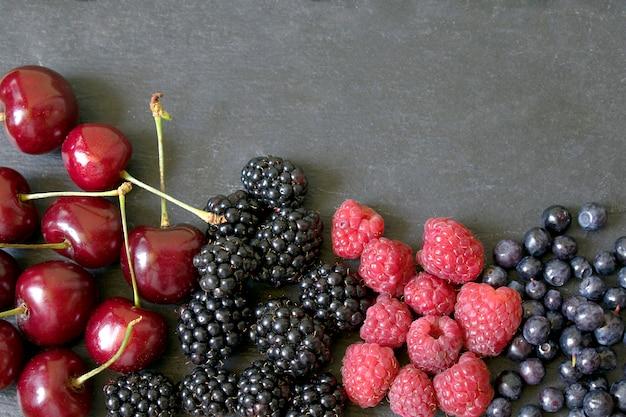 黒いテーブルの上の夏の果実のミックス