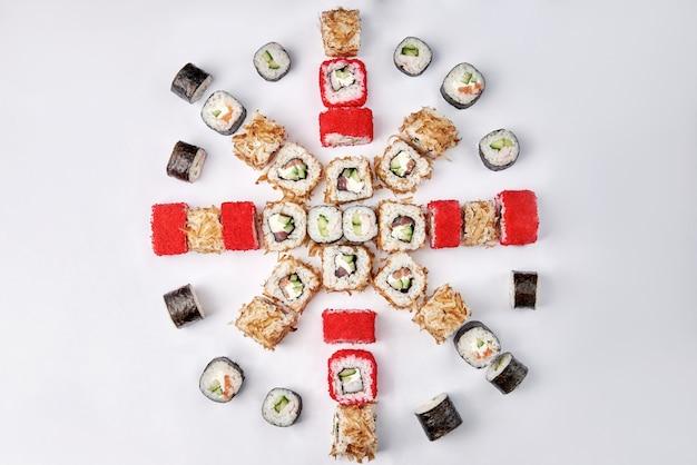 巻き寿司のミックス、マクロ。日本の伝統的な食べ物。生の魚料理