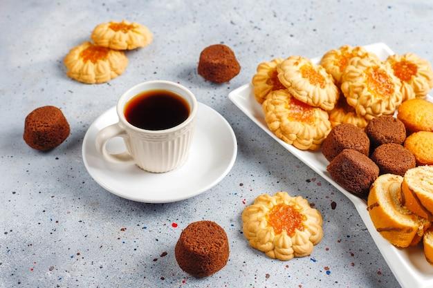 달콤한 쿠키, 케이크 롤, 미니 컵 케이크의 혼합.