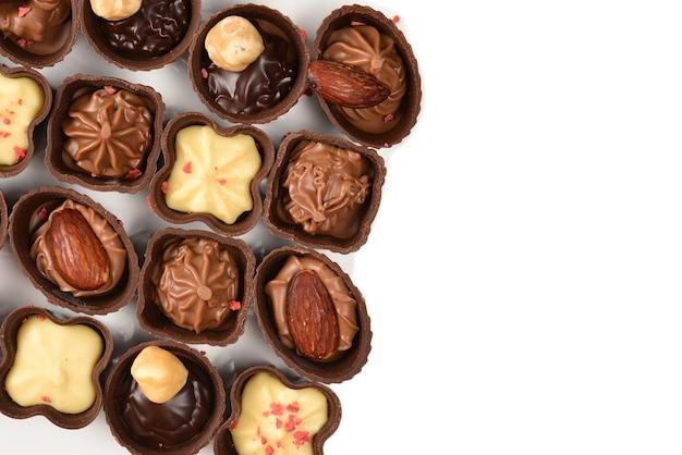 흰색으로 격리된 맛있는 초콜릿 캔디 컬렉션을 혼합합니다. 공간을 복사합니다.