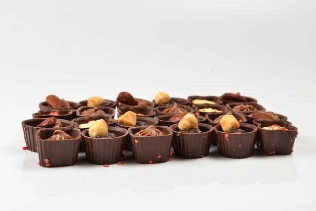 Смесь вкусной коллекции шоколадных конфет.