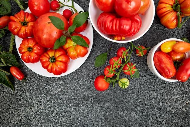 Микс из помидоров фона. красивые сочные органические красные помидоры