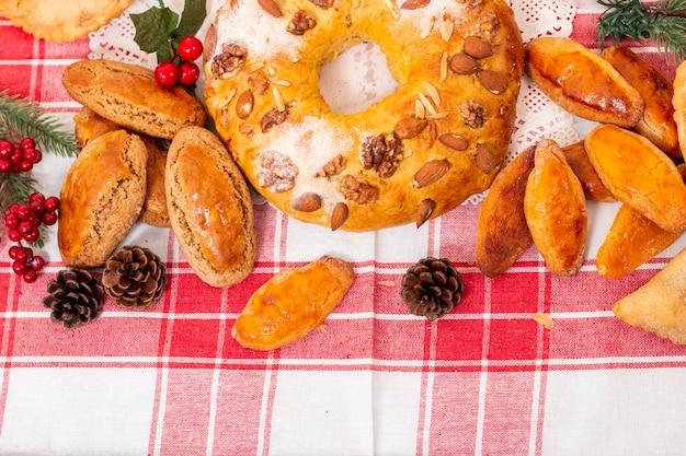 전형적인 전통 크리스마스 페이스트리와 포르투갈 요리 및 요리법의 케이크가 혼합되어 있습니다.