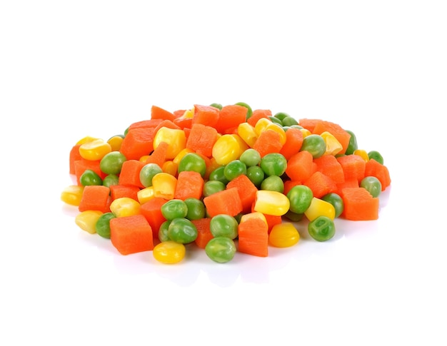 白で分離されたニンジン、エンドウ豆、トウモロコシを含む野菜のミックス