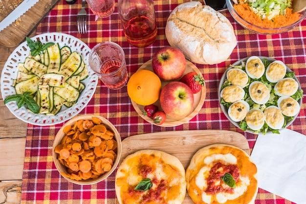 まな板の上でブランチイタリアンピザの準備ができている野菜サラダエンドエッグのミックス