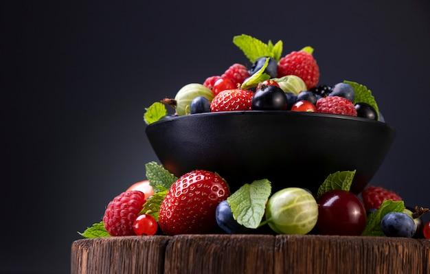 黒い表面に野生の果実のミックス