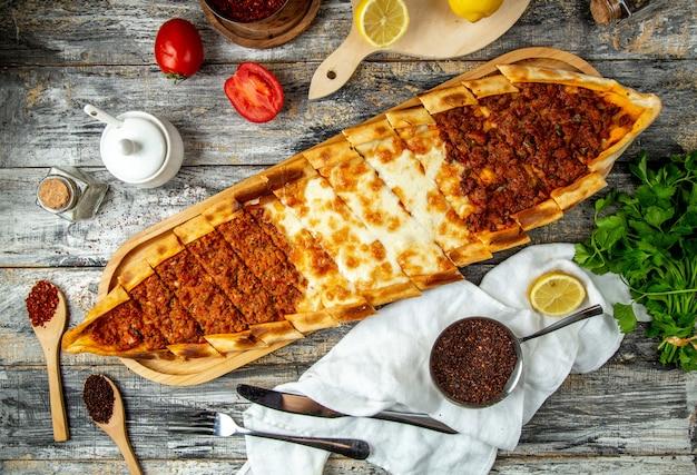 Mescoli la vista superiore della carne e del formaggio di pide