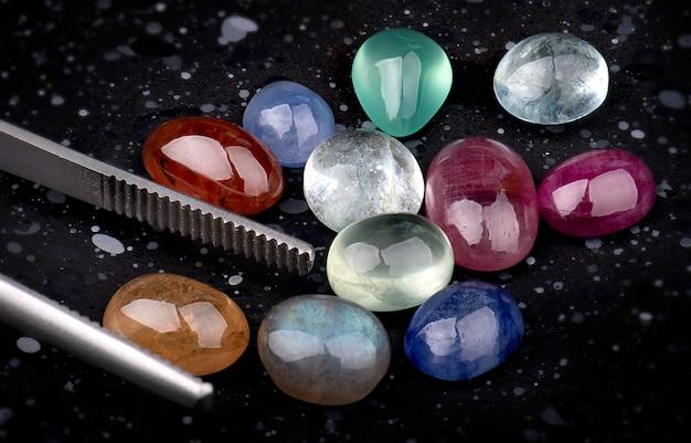 Смешайте круглые граненые минеральные камни.