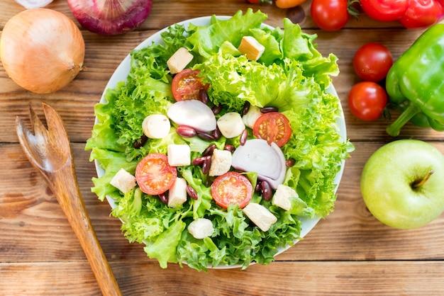 샐러드와 건강을 섞습니다. 다이어트 식품을 요리하기 위한 신선한 유기농 야채.