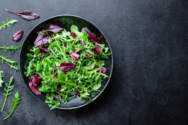 Микс салат зелень листья салата овощи порция здоровая закуска