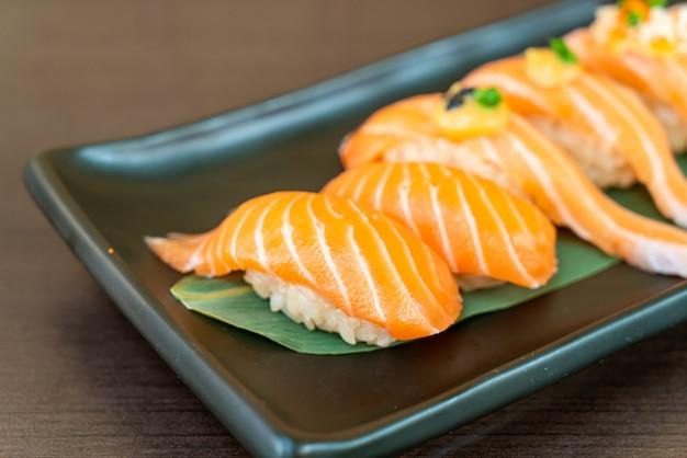Mix salmon sushi set