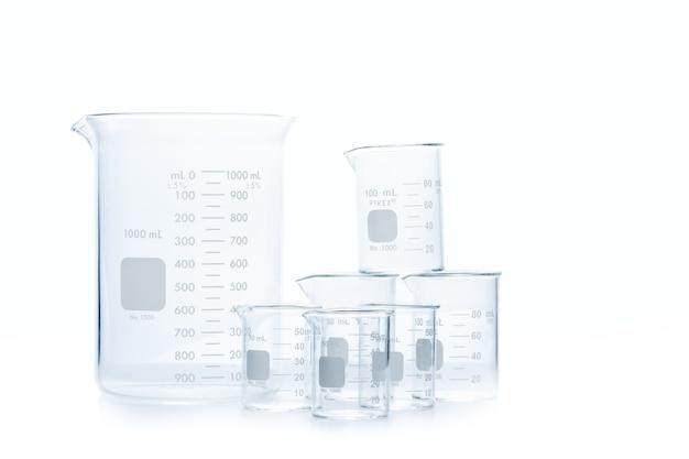 白い背景で隔離された実験室での科学実験用の測定ビーカーの混合サイズ、科学機器および教育コンセプト
