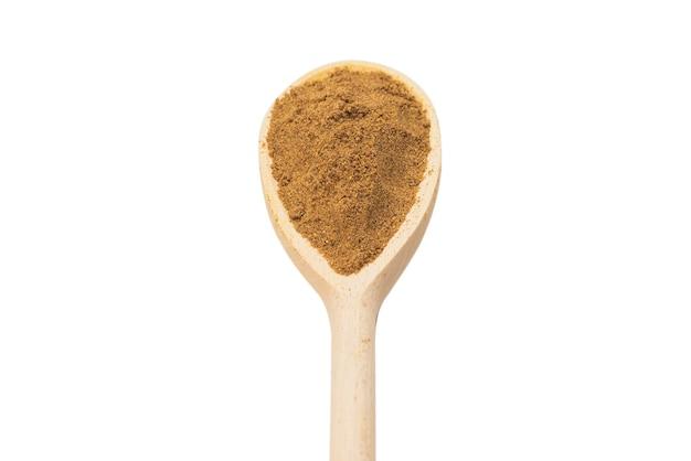 Смешайте специи на деревянной ложке изолированные