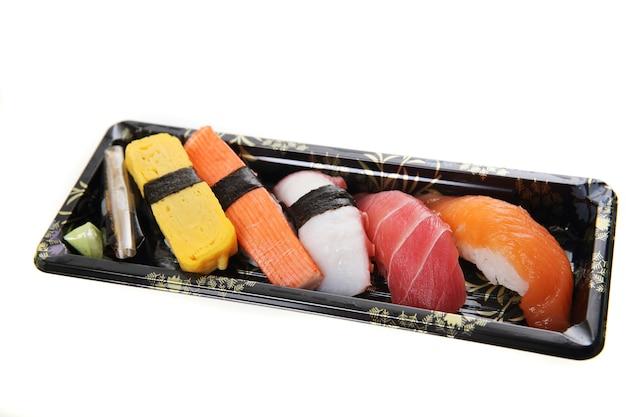 Смешайте суши, изолированные на белом фоне