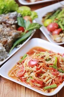Смешайте тайскую еду на деревянном полу в стиле таиланда для дизайна диетического фона.