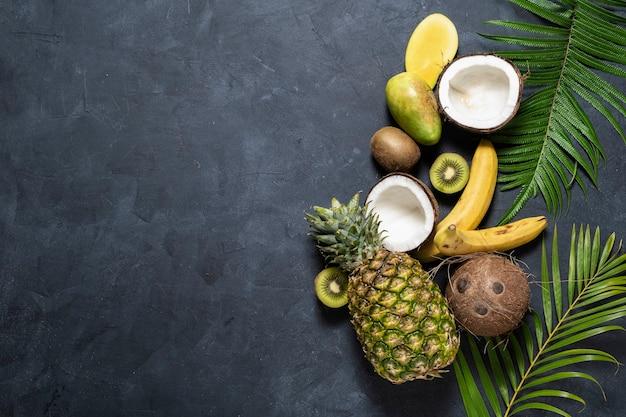 어두운 배경, 평면도에 열대 과일을 섞는다. 건강한 식생활, 영양 및 다이어트 개념