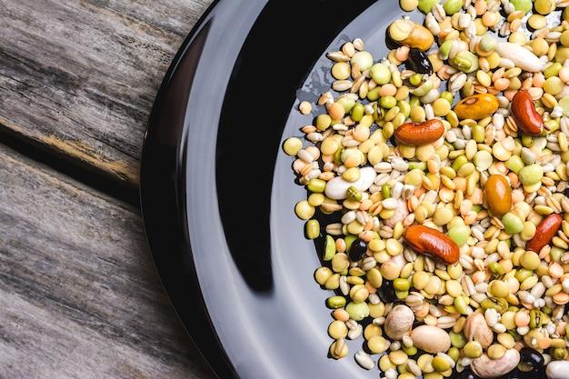 접시에 혼합 된 콩