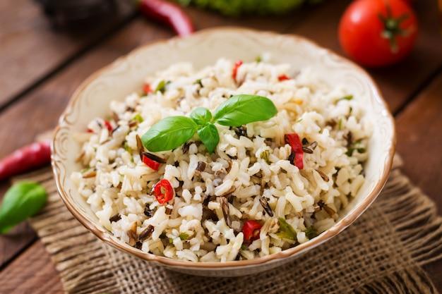 Вареный рис с чили и базиликом. диетическое меню.