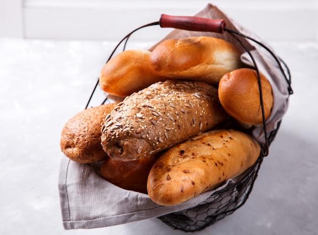 Смешанный хлеб в металлической корзине