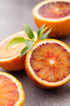 Смесь цитрусовых лимонов, лаймов на сером