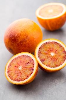 Смешанный апельсин цитрусовых, инжир, лаймы на сером столе.