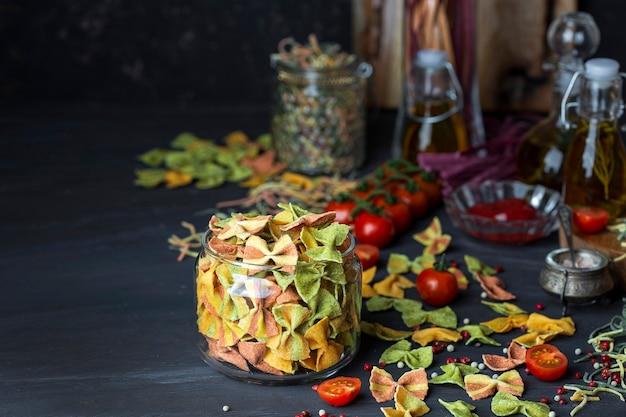 Смешанная красочная домашняя паста фарфалле с овощным пюре