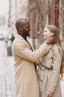 Смешанная пара проводит время вместе в весеннем городе