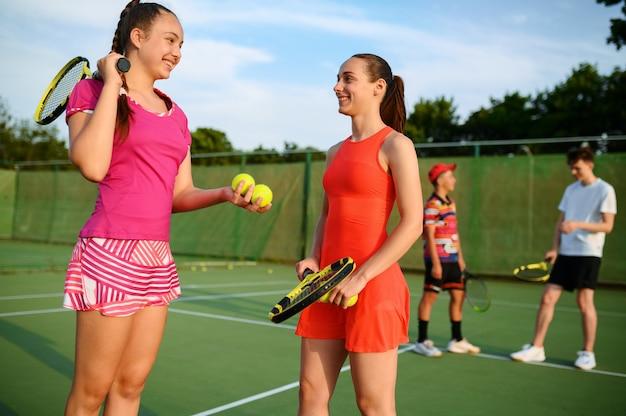 혼합 복식 테니스, 경기 후 행복한 선수, 야외 코트. 활동적인 건강한 라이프 스타일, 라켓과 공이있는 스포츠, 라켓을 사용한 피트니스 운동