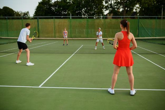 混合ダブルステニスプレーヤー、屋外コート。アクティブで健康的なライフスタイル、人々はラケットとボールでスポーツゲームをする、ラケットでフィットネストレーニングをする