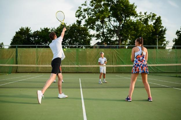 混合ダブルステニス選手、屋外コート
