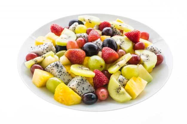 Смешанные фрукты в белой тарелке