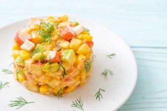 カニのスティックとミックスフルーツサラダ(アップル、コーン、パパイヤ、パイナップル)