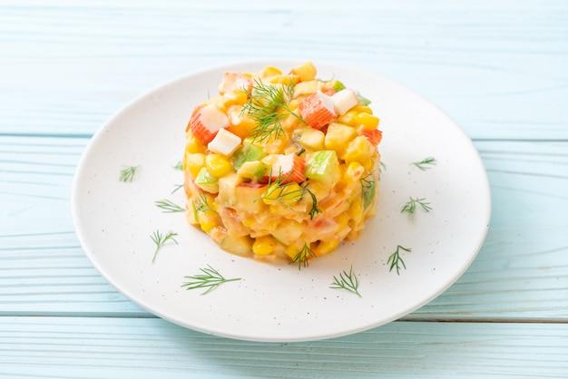ミックスフルーツサラダとカニのスティック(リンゴ、コーン、パパイヤ、パイナップル)