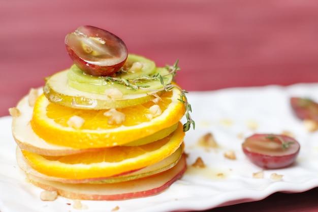 Смешанный фруктовый сладкий десерт - салат. копировать пространство