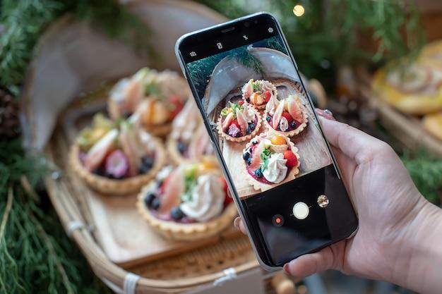 Смешанные фруктовые пироги на бамбуковых тарелках просмотр через мобильный телефон.