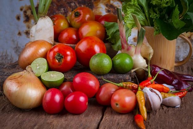 古い木製のテーブル背景に混合された果物と野菜