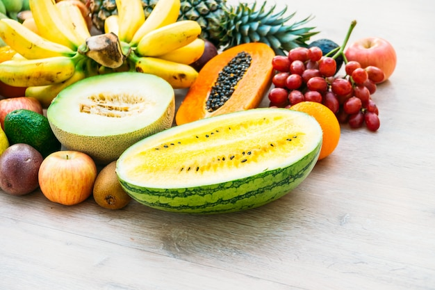 Смешанные фрукты с яблоком, бананом, апельсином и другими