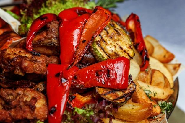 温かい料理のミックスグリル肉、野菜炒め、サーモンフィレ肉のグリル装飾