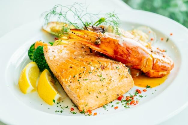 연어 새우와 다른 고기를 곁들인 구운 해산물 스테이크