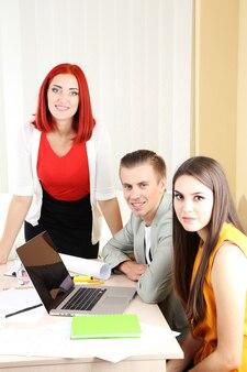 사무실에서 업무 회의에서 혼합 된 그룹 프리미엄 사진