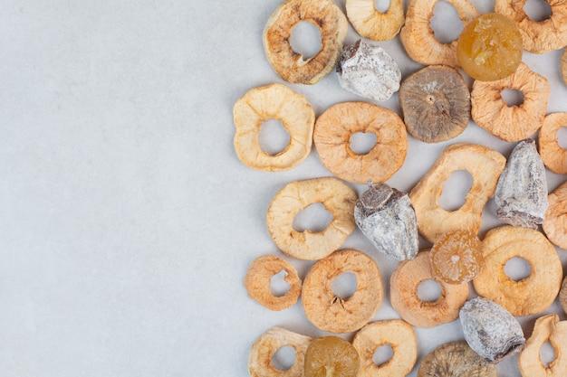 大理石の背景に健康的なドライフルーツを混ぜました。高品質の写真
