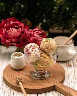 Mixed ice cream balls with caramel shavings
